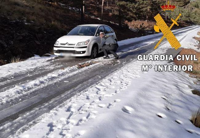 La Guardia Civil auxilia a un conductor atrapado en la nieve de Calar Alto