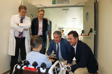 El Hospital de Poniente recibe la donación de cuatro mini coches para pacientes pediátricos
