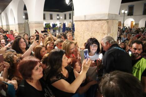 Bertín Osborne cautiva al público virgitano en su concierto de la Plaza Porticada