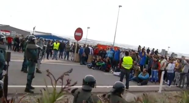 Agricultores cortan la A7 durante su protesta