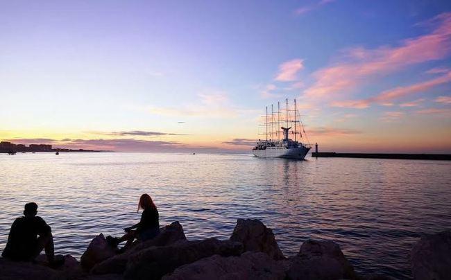 Los turistas del Wind Surf disfrutan del 'primaveral' 1 de noviembre de Almería