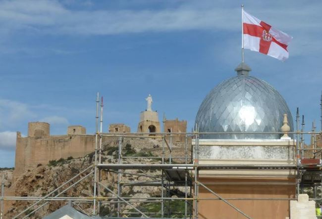 Ya brilla restaurado el cupulín que corona la torre del reloj de la Casa Consistorial