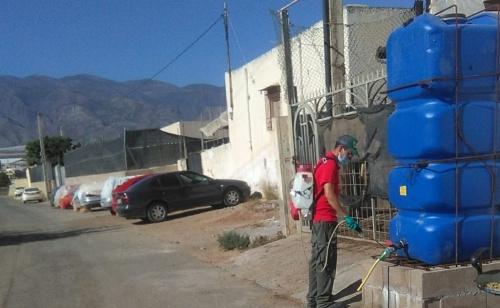El Ayuntamiento de El Ejido desinfecta y atiende los asentamientos de inmigrantes