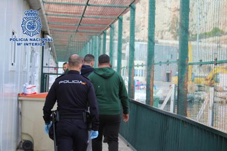 Dos detenidos por trasladar en patera a 16 personas de Argelia a Almería