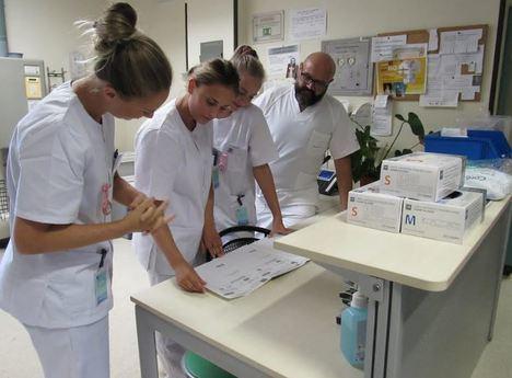 Tres estudiantes noruegas de Enfermería hacen prácticas en el Hospital de Poniente