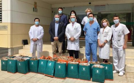 180 batas donadas por Juan Carlos Vázquez y Cajamar a Torrecárdenas