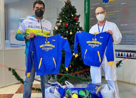 CB La Mojonera entrega material deportivo en el Hospital de Poniente.