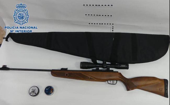 Detenido por disparar a viandantes con una escopeta con mira telescópica desde una ventana