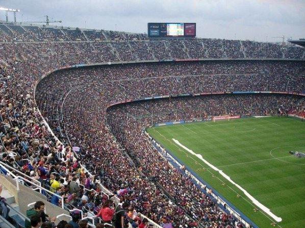Apasionados al fútbol de todo el mundo, pendientes de Messi y el F. C. Barcelona