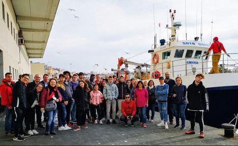 El IES Villa de Vícar y 30 estudiantes de seis países visitan la Lonja del Pescado