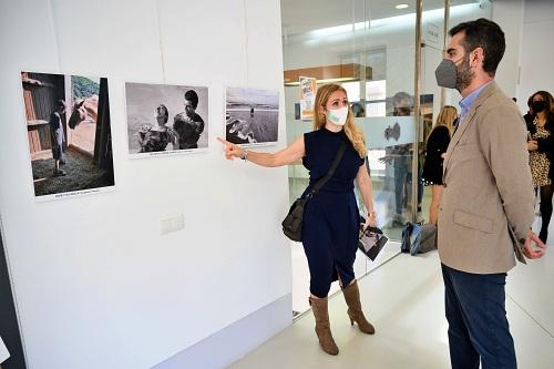 El alcalde anima a visitar la exposición 'Una visión de las enfermedades poco frecuentes'