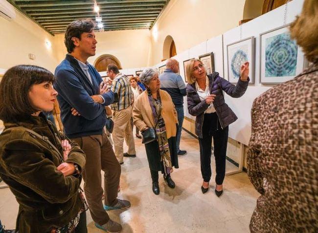 """Las salas de """"El Faro"""" de Roquetas de Mar se pintan de seda"""