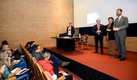 El alcalde anima a jóvenes desempleados en la 8ª Feria de Empleo y Emprendimiento