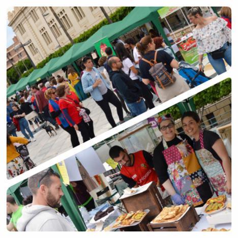 La Feria Vegana congrega a numerosos visitantes en la Rambla