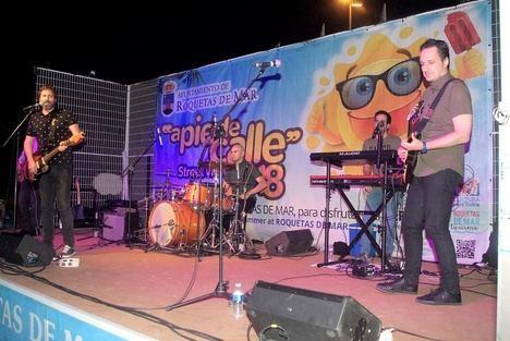 Fumangie dio un concierto con sus grandes canciones en la Urbanización de Roquetas de Mar