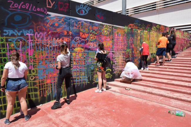 Estudiantes De Austria, Bulgaria, Hungría, Italia Y Rumania en el IES Villa De Vícar En Un Taller De Graffiti