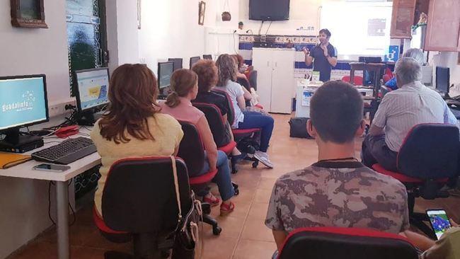 Vecinos de La Alquería aprenden a usar las redes sociales con Andalucía Compromiso Digital