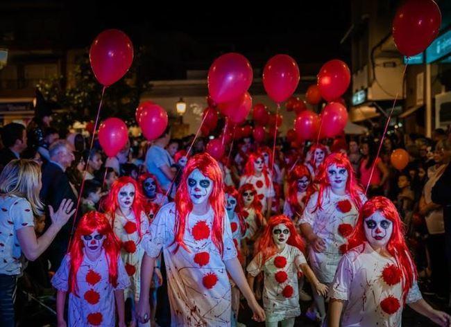 Miles de personas disfutan en Roquetas de Mar del terror de Halloween
