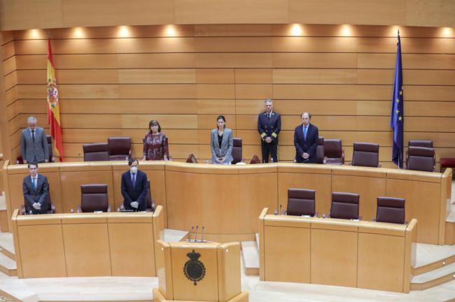 Hernando (PP) con mascarilla y guantes en el Senado