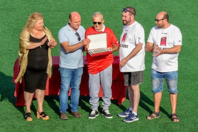 Partido de fútbol entre veteranos de Adra en homenaje a Arturo 'el de los helados'