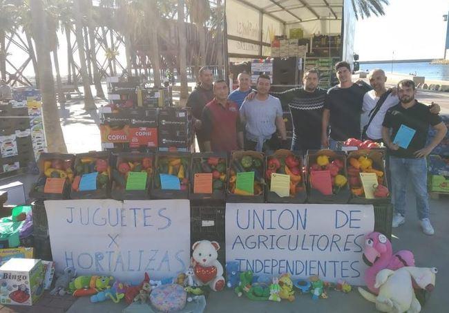 Unión de Agricultores Independientes cambia hortalizas por juguetes en Almería y Granada