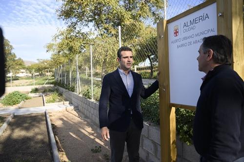 El alcalde anima a usar los huertos urbanos de Araceli, Los Ángeles y Los Almendros