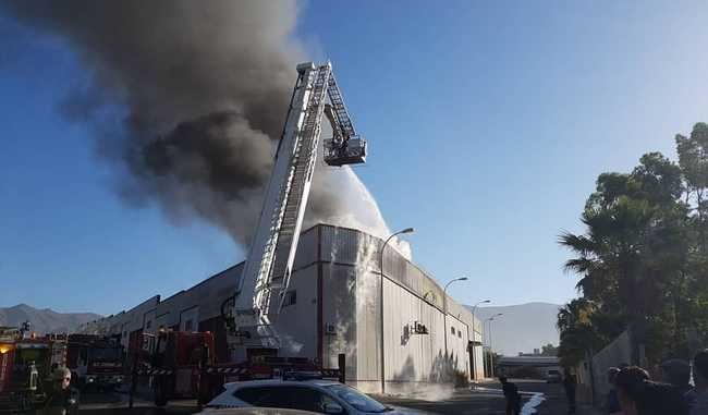 Un incendio causa importantes daños materiales en una nave de frutas en Adra