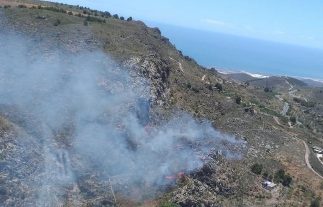 Incendio forestal en Enix con viento de 60 km/h