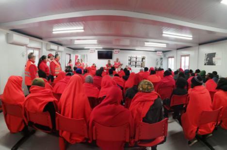 240 personas en patera atendidos por Cruz Roja en una noche en Almería