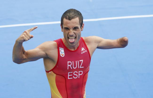 El medallista paralímpico Jairo Ruiz es premiado por el IAJ