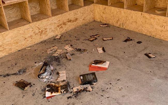 Un menor como es el presunto autor de la quema de libros de biblioteca al aire libre en Adra