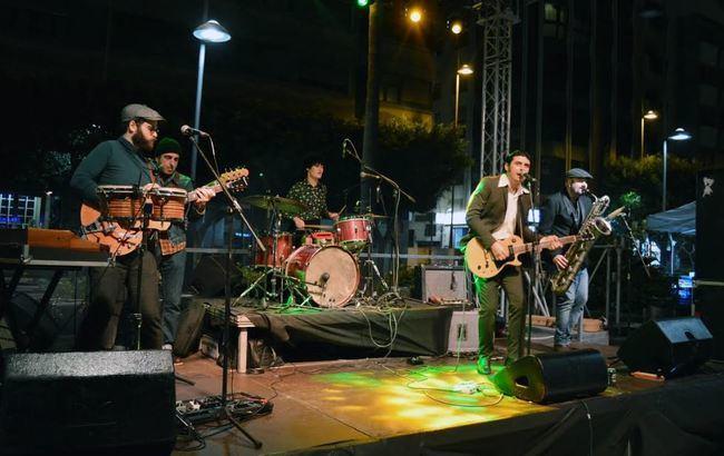 'The Limboos' pone a bailar a los almerienses en la calle