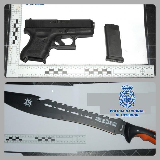 Sorprendidos por la Policía Nacional dos hombres con una pistola semiautomática y un machete