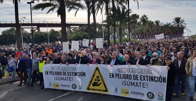 Miles de almerienses secundan la manifestación por el futuro de la agricultura intensiva