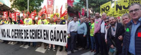 El Paseo de Almería se llena contra el cierre de CEMEX en Gádor