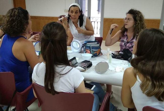 Taller de maquillaje para 40 jóvenes de Tahal y Huécija
