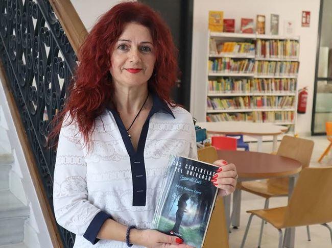 María Romera presenta su novela 'Los Centinelas del Universo' en la Biblioteca de Berja
