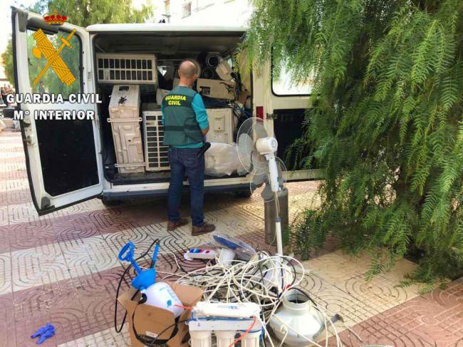 """Desmantelados casi 200 enganches ilegales en 5 """"narco pisos"""" en Roquetas"""