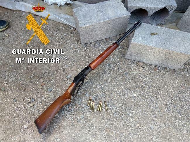 Intervenido en una plantación de marihuana un rifle listo para disparar