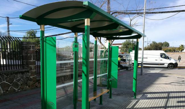 La Junta instala 10 nuevas marquesinas de bus en la provincia