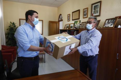 El presidente de la Diputación entrega 400 mascarillas FFP2 en Íllar para sus vecinos