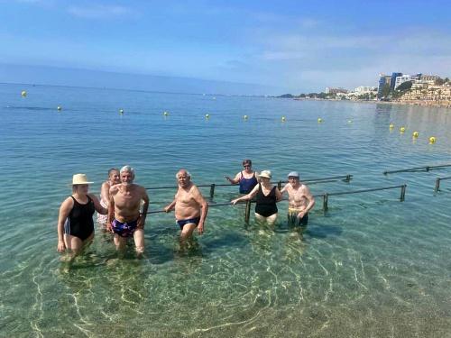 Los Mayores De Estancias Diurnas Disfrutan De Un Día De Playa