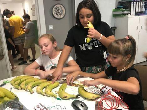 Menores de Pechina aprenden a programar y a construir instrumentos musicales comestibles