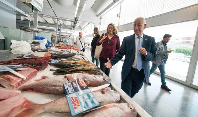 La alcaldesa de Almuñécar visita Roquetas para conocer el modelo de Mercado de Abastos