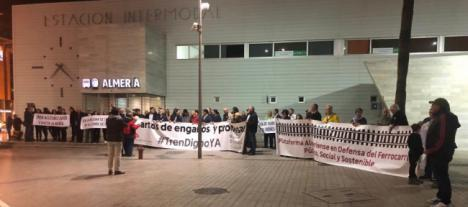 Fracaso de la concentración contra el traslado provisional a Huércal y ausencia del PSOE