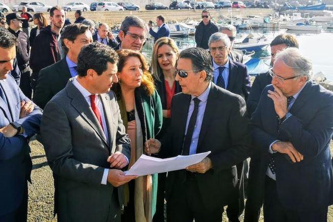 Juanma Moreno conoce el proyecto del fondeadero del Puerto Pesquero de Almería