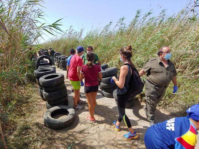 Jóvenes retiran más de un centenar de neumáticos de Punta Entinas