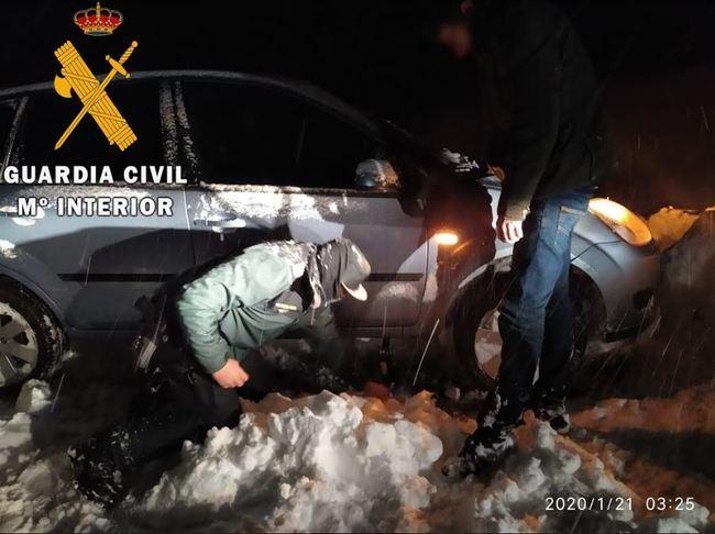 La Guardia Civil de Almería auxilia a varios vehículos durante el temporal
