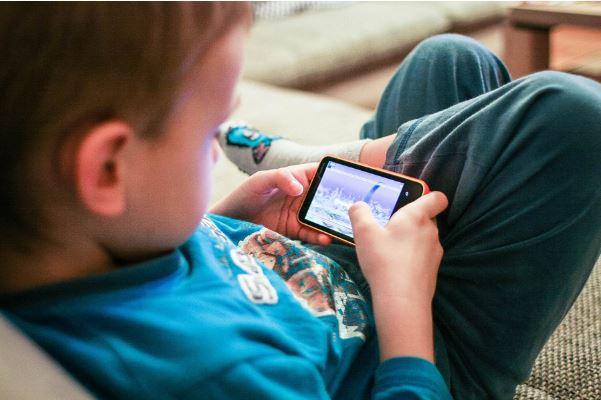 ¿Es seguro que los niños utilicen un teléfono móvil?