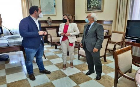 Sandra García analiza con el alcalde de Carboneras la alternativa económica al carbón